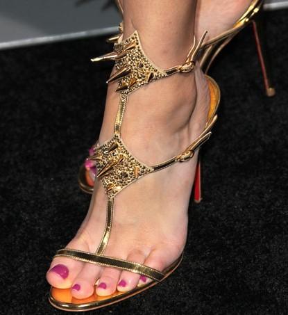 Elizabeth Banks con i sandali Lady Max di Christian Louboutin