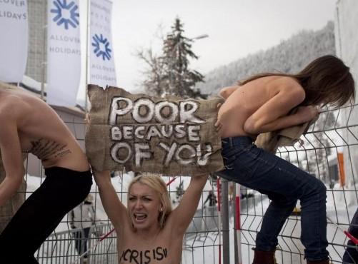 Le attiviste di Femen protestano a seno nudo al 'World Economic Forum'4