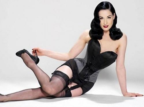 Dita Von Teese posa con la collezione di lingerie05