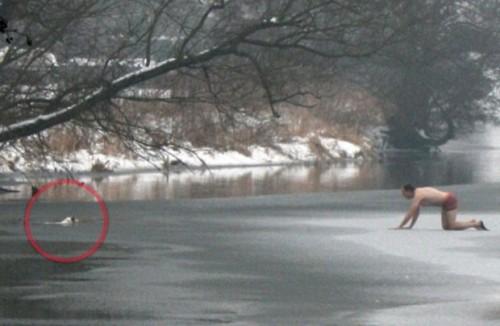 Uomo nel fiume per salvare il cane