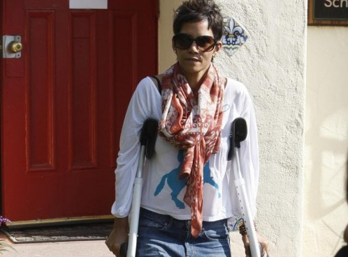 Halle Berry con le stampelle 04