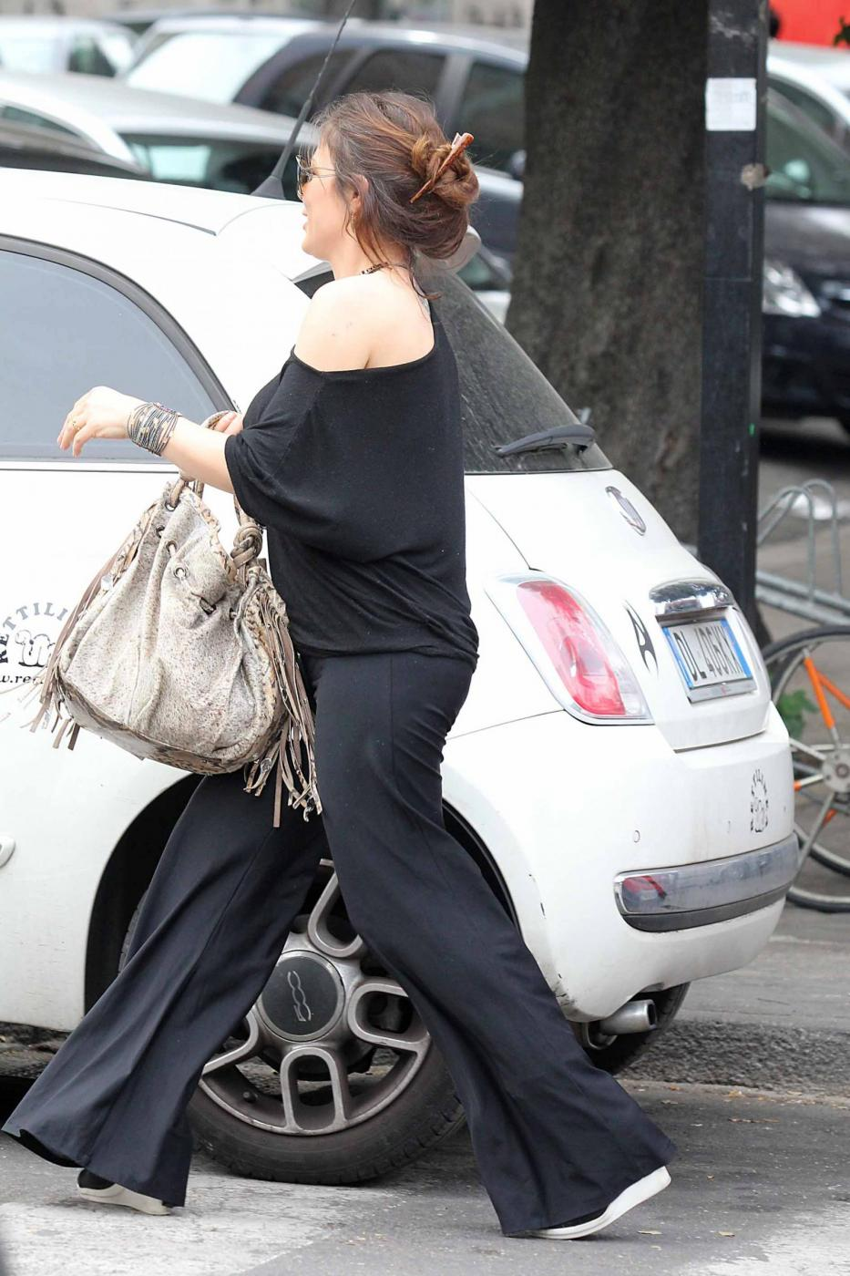 Naike Rivelli esce da un ristorante con il suo nuovo compagno12