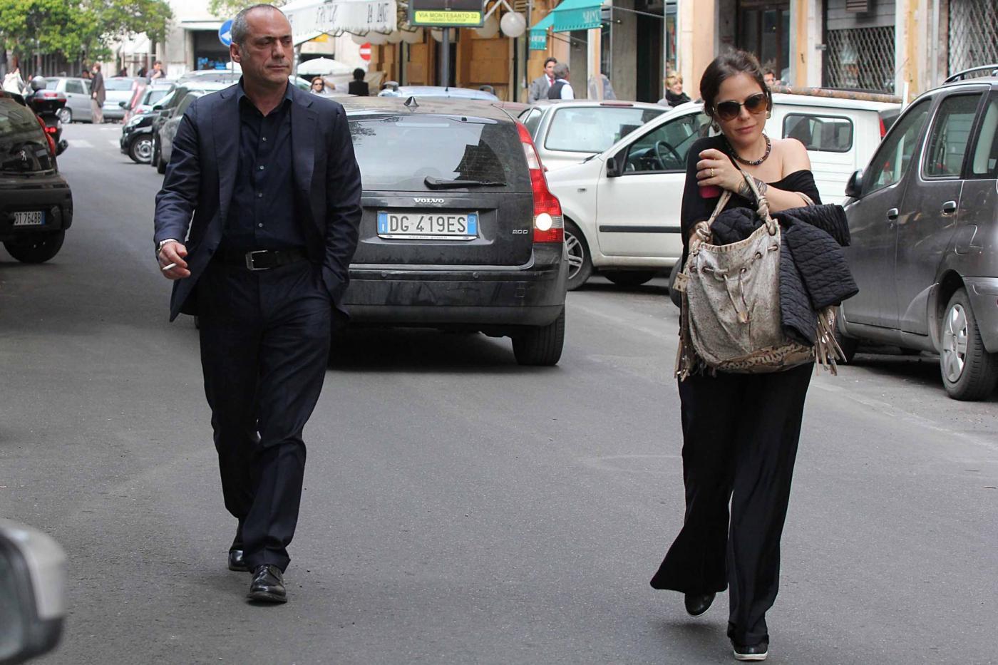 Naike Rivelli esce da un ristorante con il suo nuovo compagno03