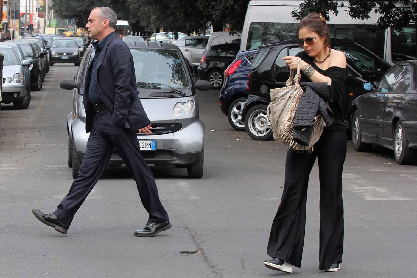 Naike Rivelli esce da un ristorante con il suo nuovo compagno05