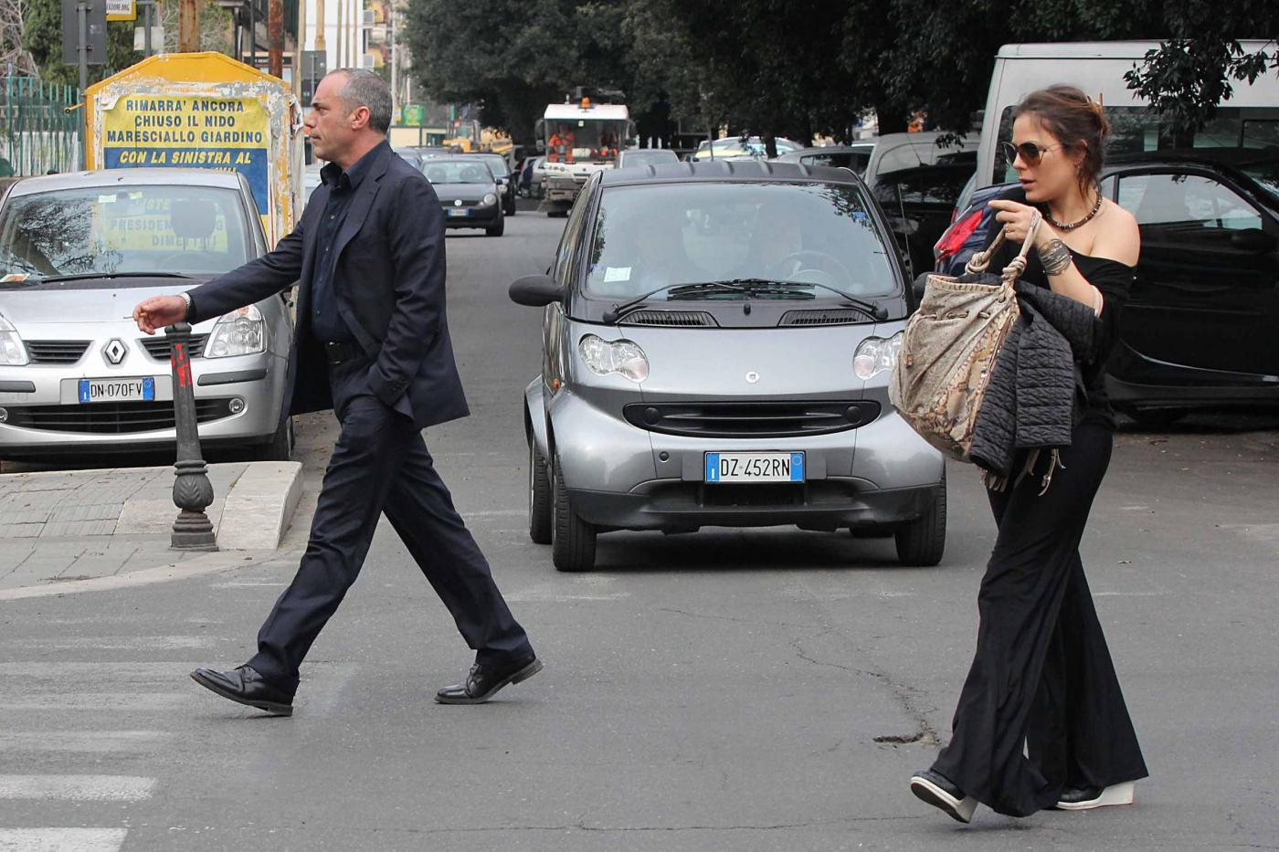 Naike Rivelli esce da un ristorante con il suo nuovo compagno06