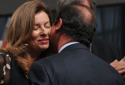 Francois Hollande e Valerie Trierweiler si baciano