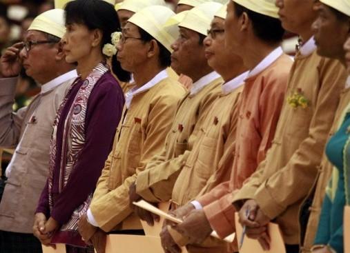 Aung San Suu Kyi in Parlamento per prestare giuramento11