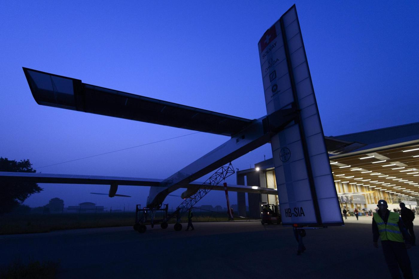 Decolla Solar Impulse, il primo aereo solare al mondo04