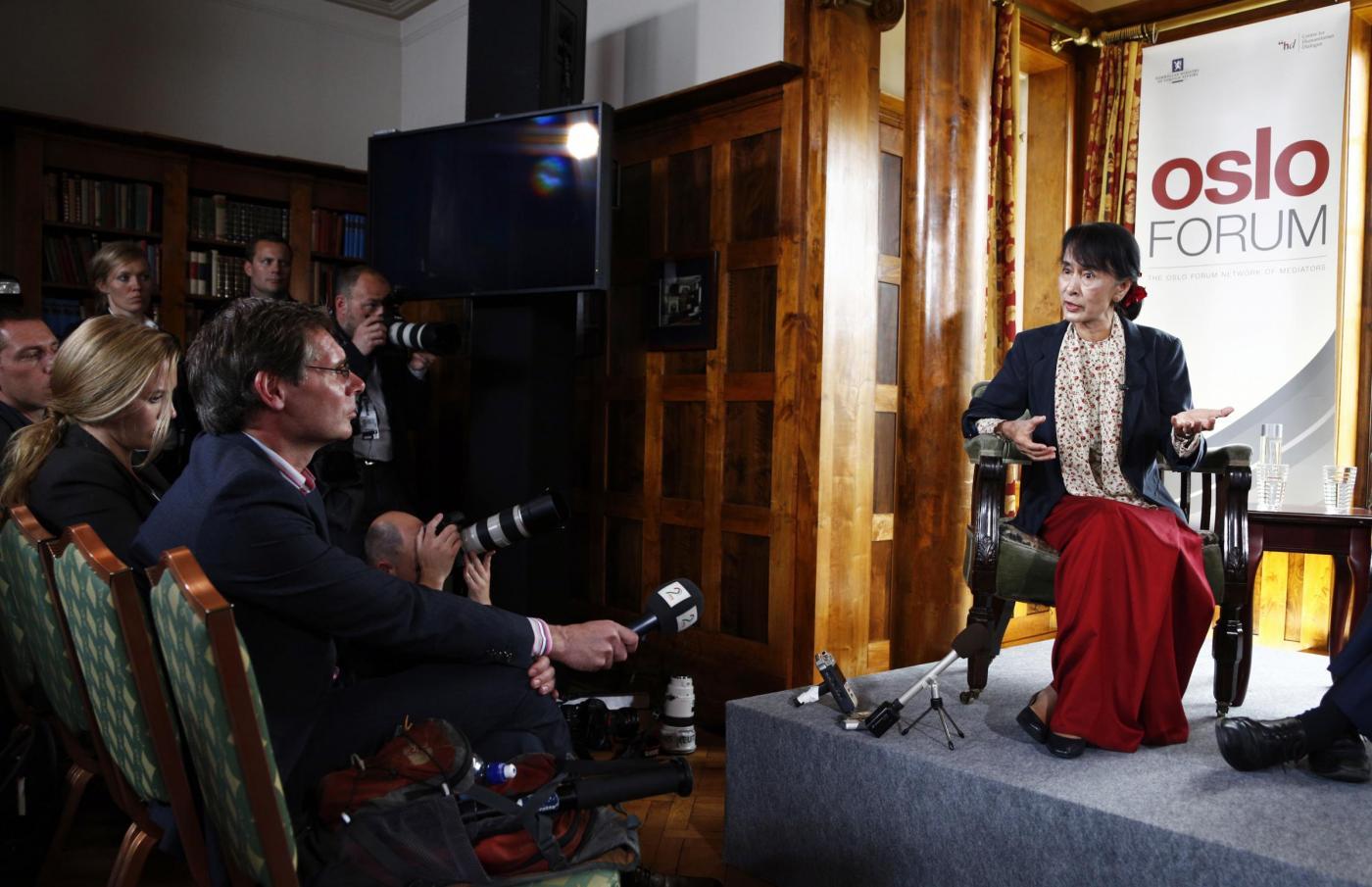 Oslo, Aung san Suu Kyi incontra la star degli U2 Bono09