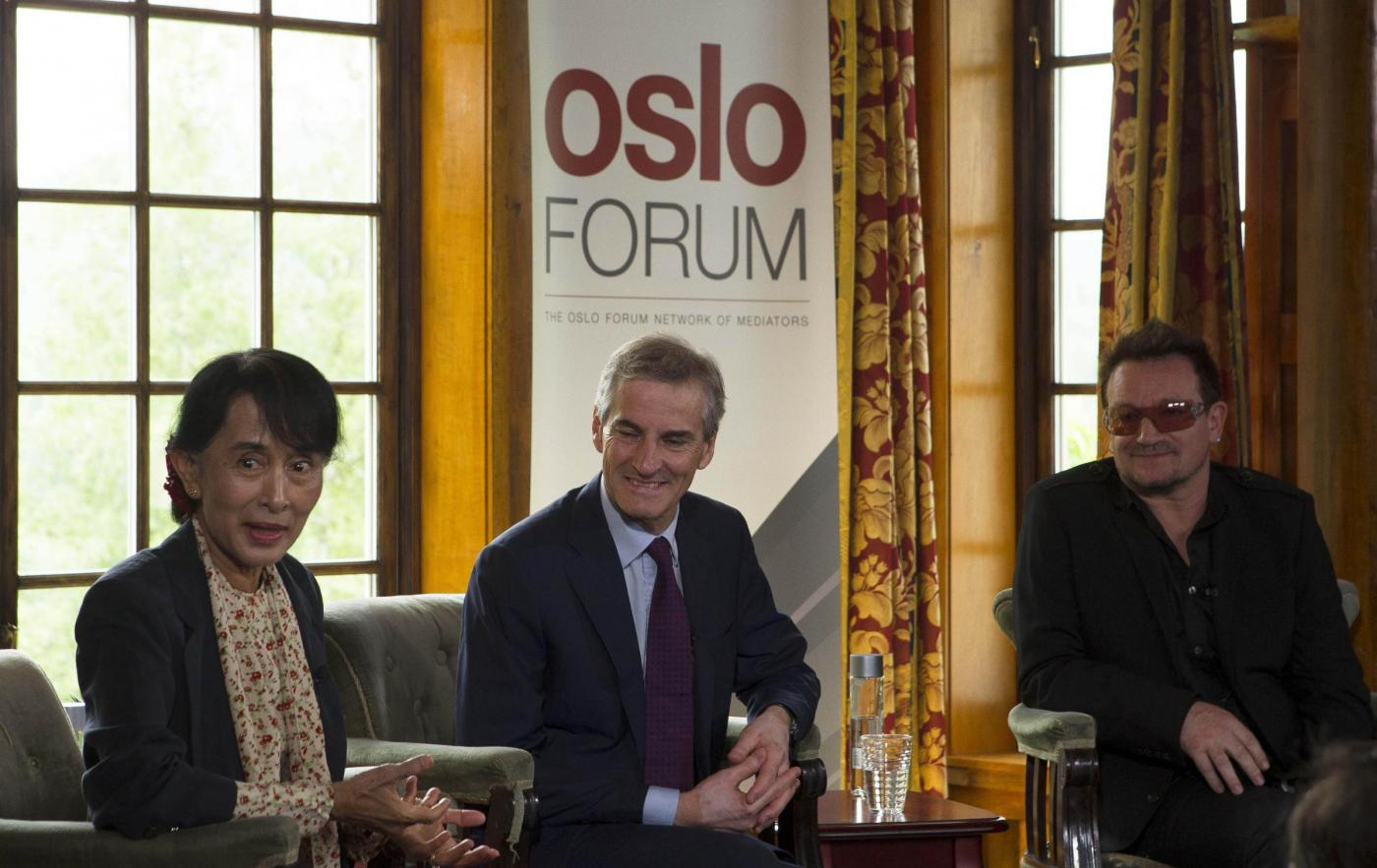 Oslo, Aung san Suu Kyi incontra la star degli U2 Bono08