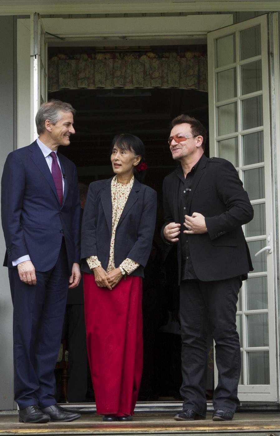 Oslo, Aung san Suu Kyi incontra la star degli U2 Bono07
