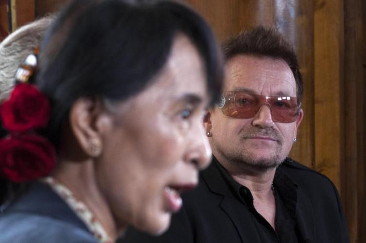 Oslo, Aung san Suu Kyi incontra la star degli U2 Bono03