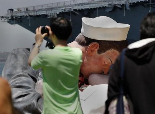 San Diego, smantellata la statua del bacio tra il marinaio e l'infermiera01