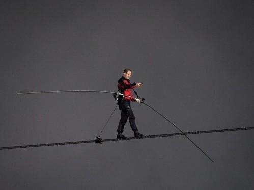 Il funambolo Nik Wallenda attraversa le cascate del Niagara su un cavo08