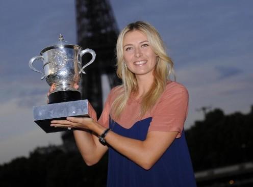 Maria Sharapova posa alla Torre Eiffel08
