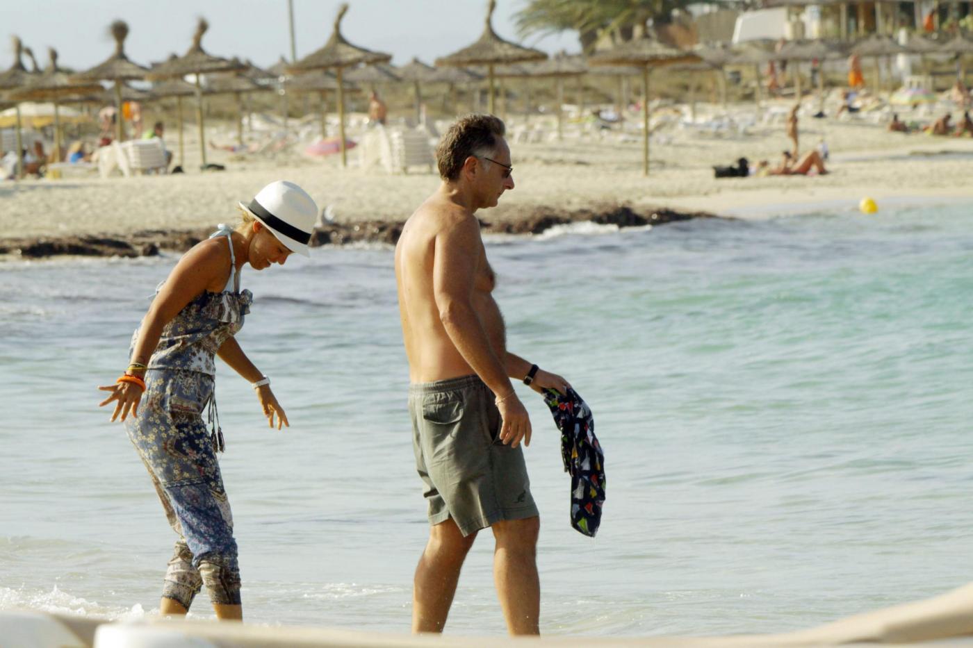 Paolo Bonolis a Formentera con la moglie Sonia ed il figlio01