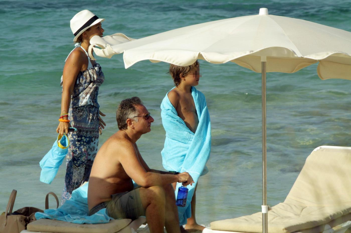 Paolo Bonolis a Formentera con la moglie Sonia ed il figlio10