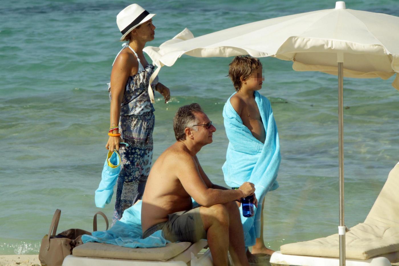 Paolo Bonolis a Formentera con la moglie Sonia ed il figlio3