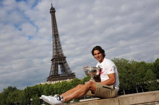Rafael Nadal con il trofeo del Roland Garros 07