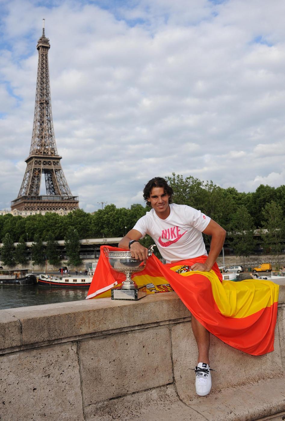 Rafael Nadal con il trofeo del Roland Garros 06