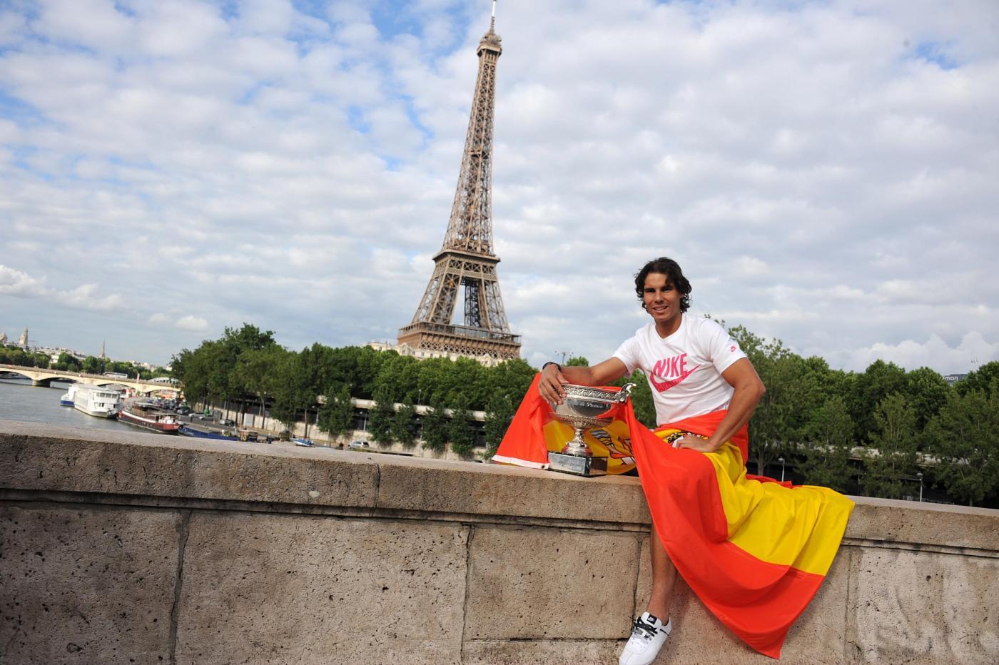 Rafael Nadal con il trofeo del Roland Garros 04