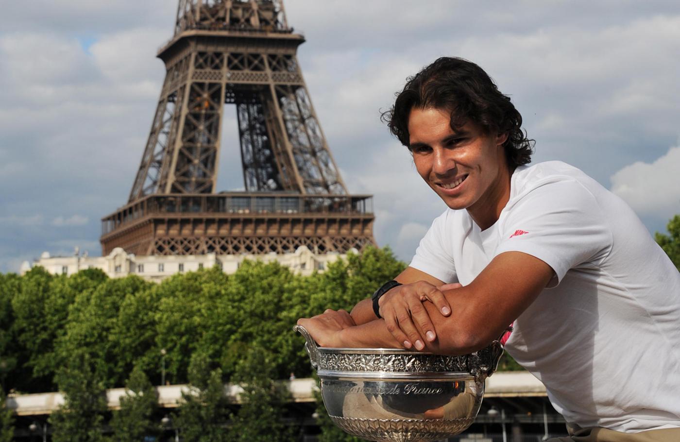 Rafael Nadal con il trofeo del Roland Garros 03