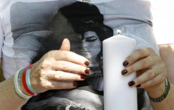 Primo anniversario della morte di Amy Winehouse, i fan fuori dalla casa 03