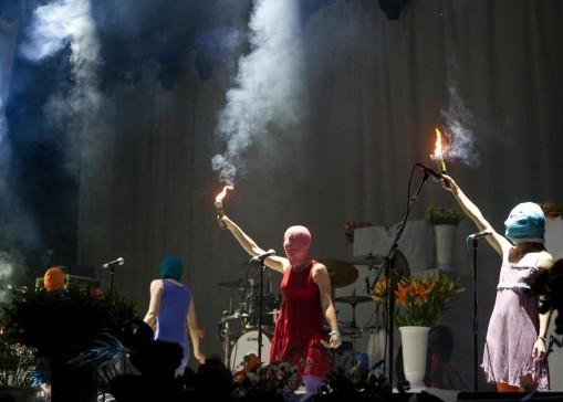 Le Pussy Riot al concerto dei Faith No More 01