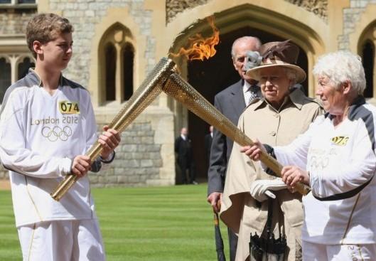 Londra, la torcia olimpica arriva al castello di Windsor01