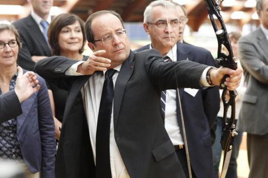 Hollande fa visita al team francese di tiro con l'arco per le Olimpiadi di Londra 2012