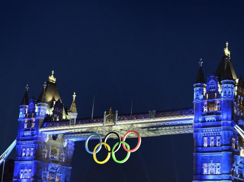 Londra, il Tower Bridge si tinge di blu per commemorare i Giochi Olimpici01