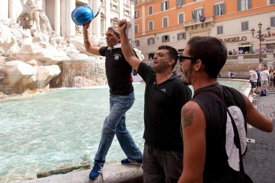Gli operai dell'Alcoa si tuffano nella Fontana di Trevi02