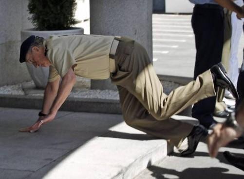 Re Juan Carlos finisce a terra
