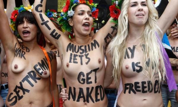 Femen sfilano in topless a Parigi 04