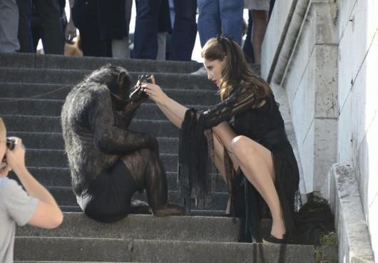 Laetitia Casta shooting con uno scimpanze07