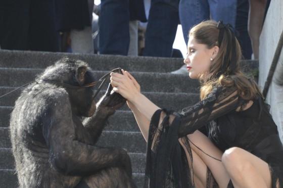 Laetitia Casta shooting con uno scimpanze06