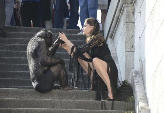 Laetitia Casta shooting con uno scimpanze05