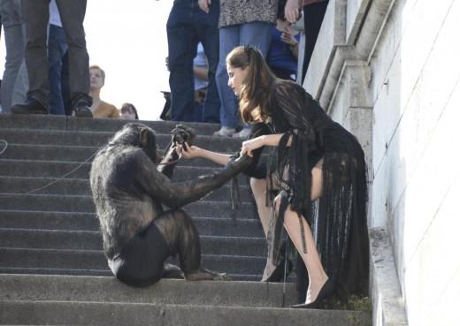 Laetitia Casta shooting con uno scimpanze02