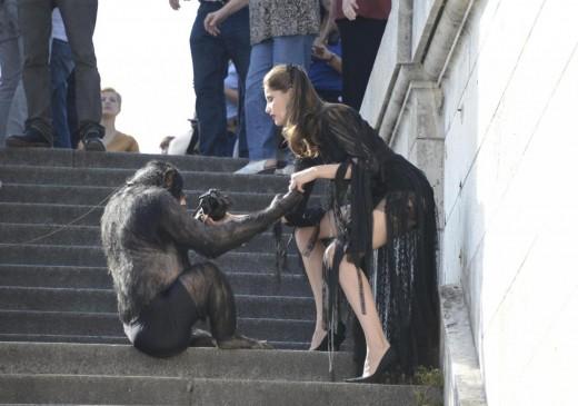 Laetitia Casta shooting con uno scimpanze01