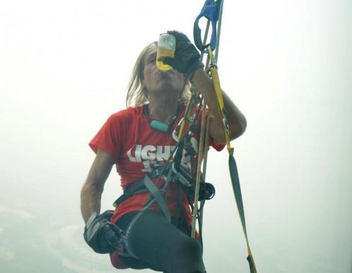 Spiderman Alain Robert scala torre a Zhengzhou02