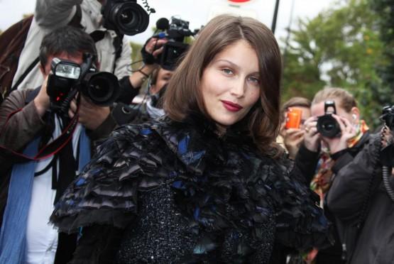 Laetizia Casta arriva alla sfilata Chanel01
