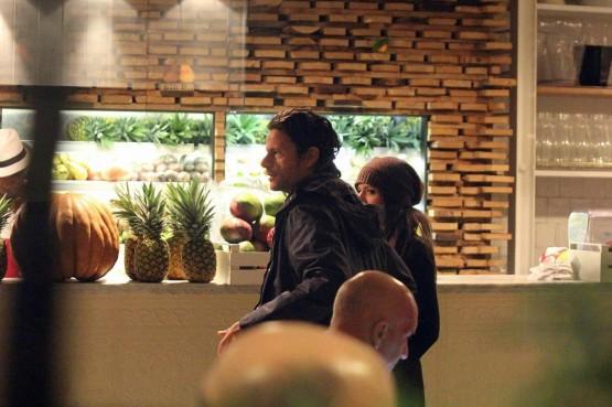 Andrea Sartoretti al cinema con la sua compagna05