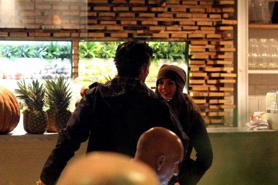 Andrea Sartoretti al cinema con la sua compagna06
