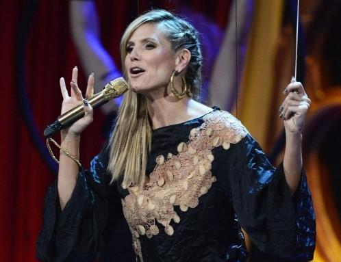 Otto cambi d'abito per Heidi Klum agli MTV European Music Awards01