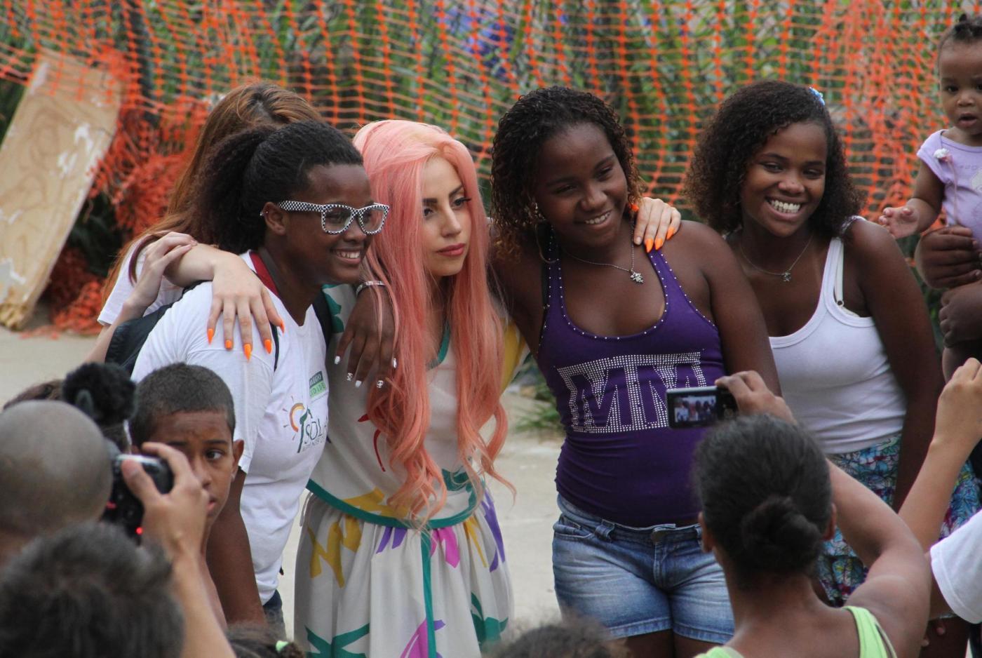 Lady Gaga a piedi nudi a Rio de Janeiro08