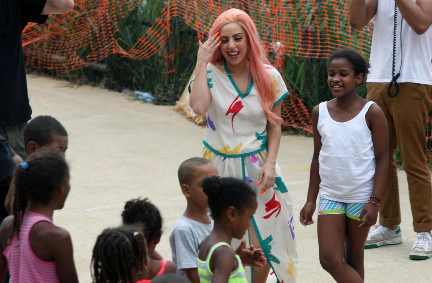 Lady Gaga a piedi nudi a Rio de Janeiro07