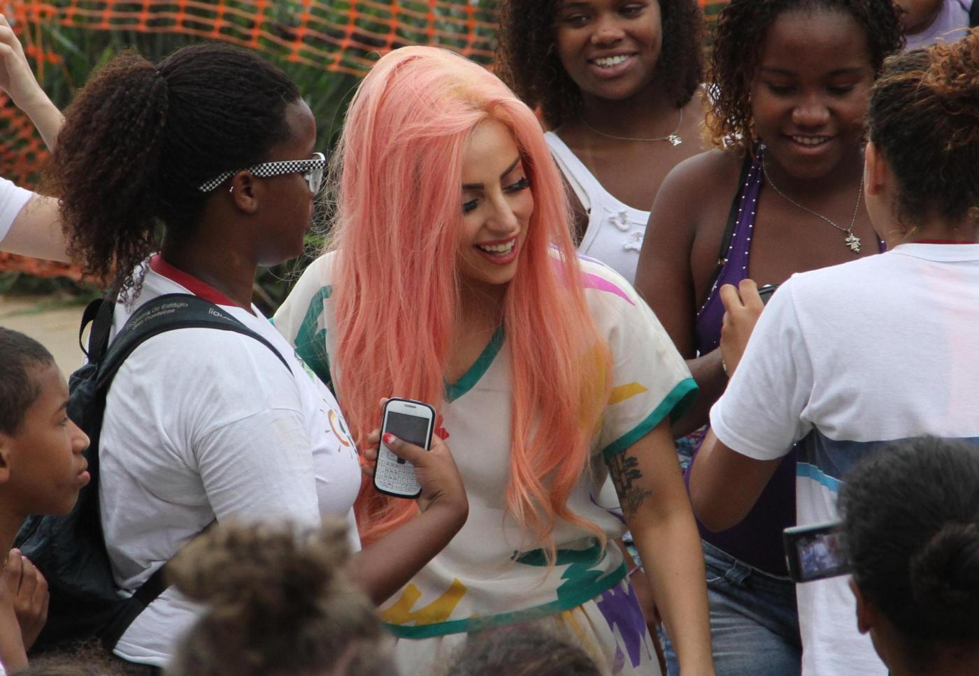 Lady Gaga a piedi nudi a Rio de Janeiro06