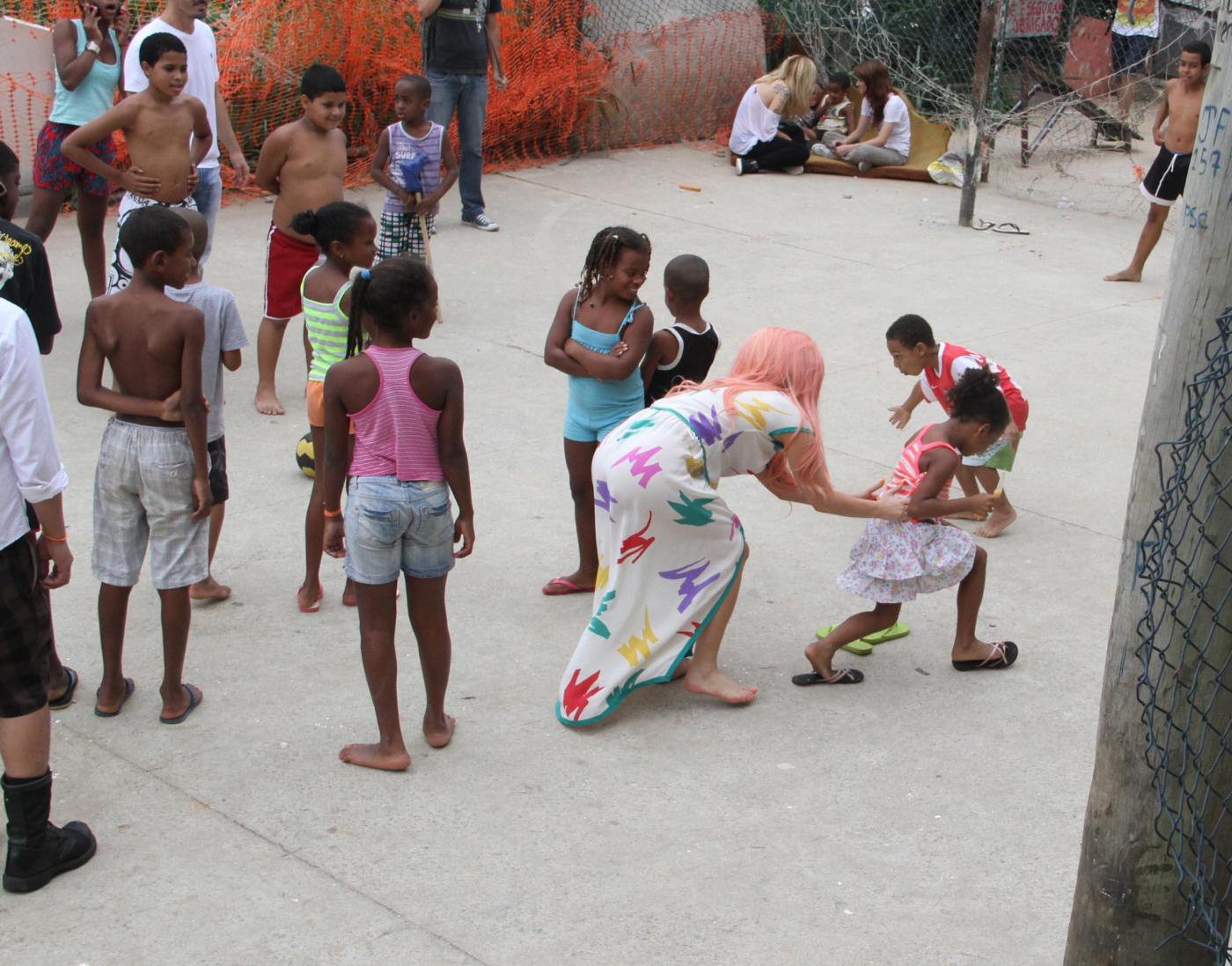 Lady Gaga a piedi nudi a Rio de Janeiro04