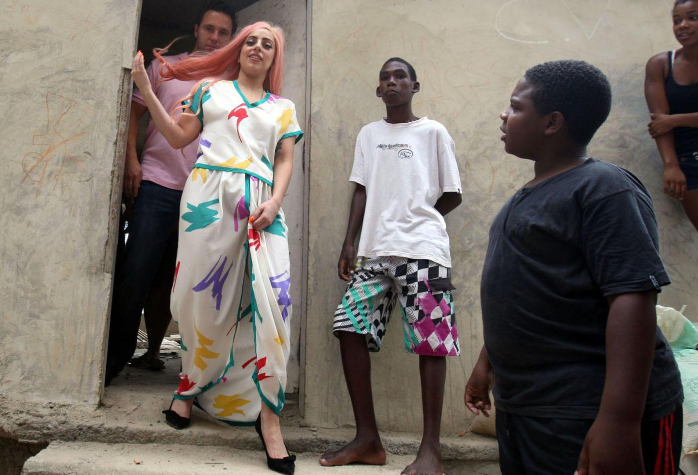 Lady Gaga a piedi nudi a Rio de Janeiro03
