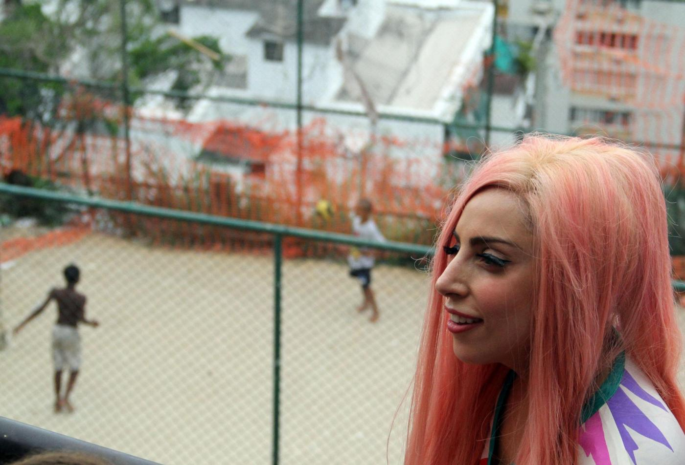 Lady Gaga a piedi nudi a Rio de Janeiro02